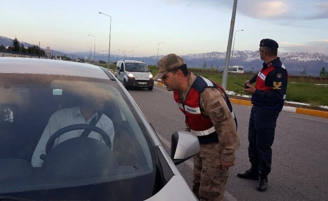 Trafik ekipleri durdukları sürücüleri iftara davet etti