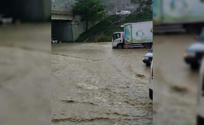 Ankara'da sel suları vatandaşlara zor anlar yaşattı