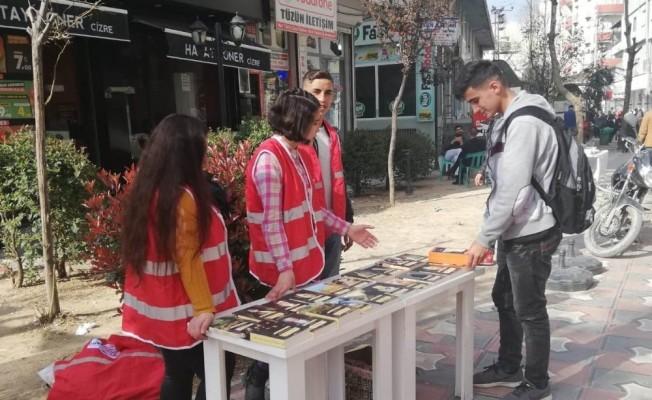 Cizre'de Kızılay gönüllüsü öğrencilerden örnek davranış