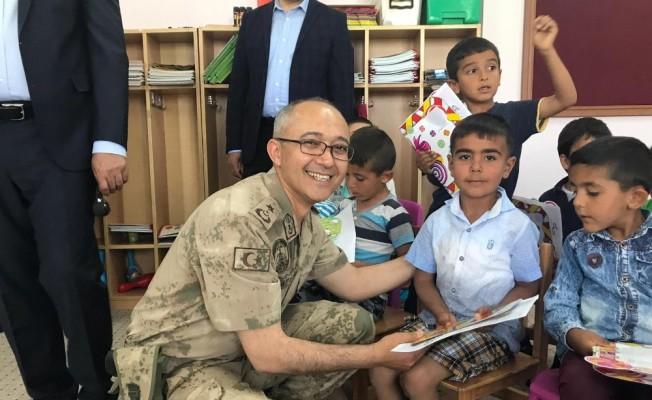 Jandarma, çocukların karne heyecanına ortak oldu