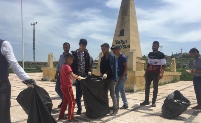 Mahalleli gençler, Ardahan Şehitliği'ni temizledi