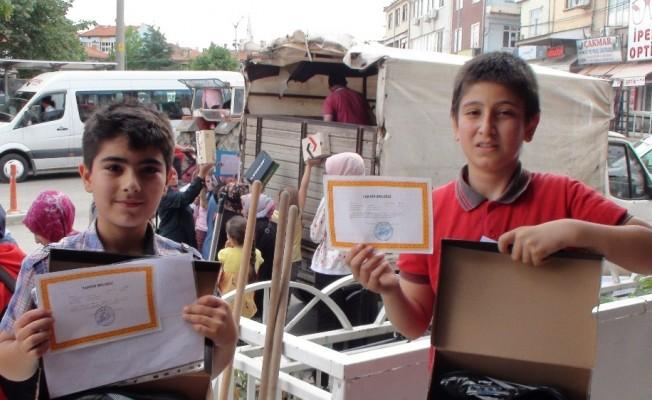 Şuhut'ta takdir belgesi alan öğrencilere ayakkabı hediyesi