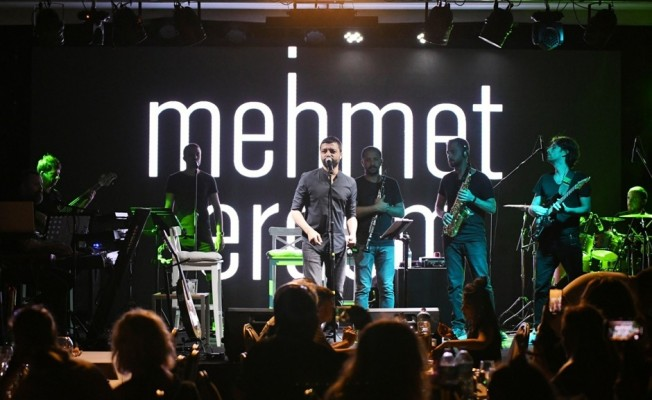 Mehmet Erdem şarkılarını tatilcilerle beraber seslendirdi