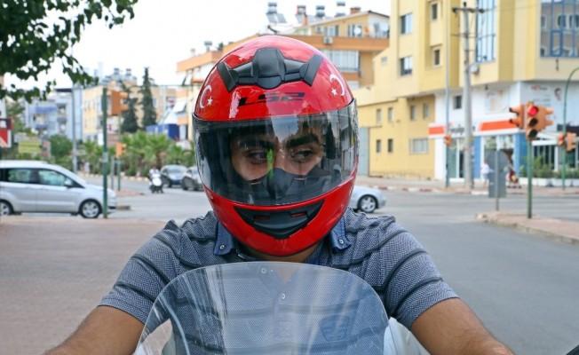 Otomobilin arka lastiği kafasının üzerinden geçen motosiklet sürücüsü o anları anlattı