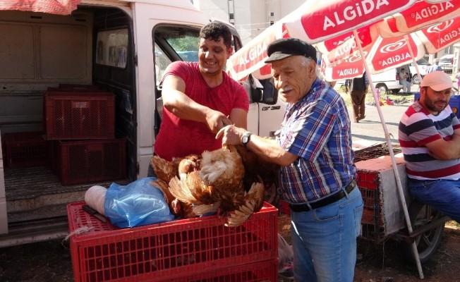 Uşak'ta canlı tavuk ve kanatlı hayvan pazarı yoğun ilgi gö