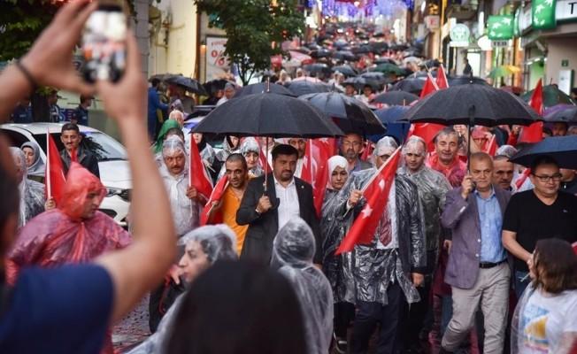 Yağmuru aldırmadan, 15 Temmuz şehitleri için yürüdüler