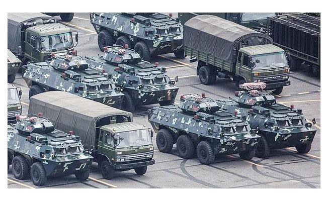 Çin tankları Hong Kong sokaklarında