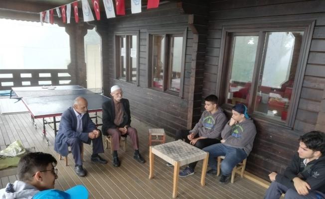 Gençlik liderleri, Rıdvan ve Mehmet dedenin 'bizi yaylaya getirin' isteğini yerine getirdiler