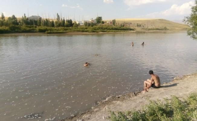 Serinlemek için nehre giren çocuklardan 3'ü hayatını kaybetti
