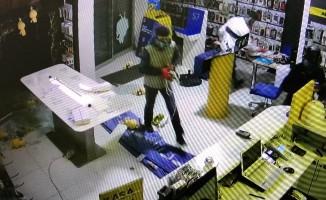 20 dakika arayla cep telefonu mağazasını soyan hırsızlar güvenlik kamerasına yakalandı