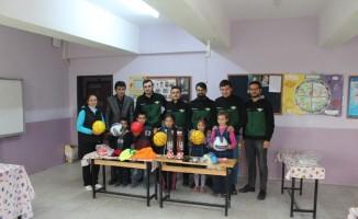 Akhisarsporlu taraftarlardan öğrencilere spor malzemesi