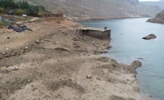 Baraj suları çekildi, peygamber türbesi gün yüzüne çıktı