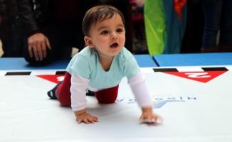 Bebekler bebek bezi için yarıştı