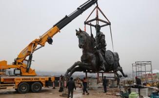 Bolu'da dev Köroğlu heykeli yerine konuldu