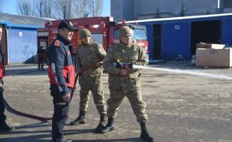 Bozüyük Belediyesi İtfaiyesi'nden askerlere yangın eğitimi