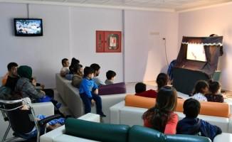 Çocuklar,  Hacivat ve Karagöz oyunu ile moral buldu