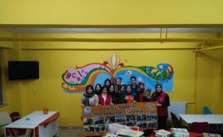 Gençler okul kütüphanesini boyadı