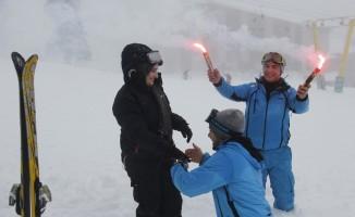 Kayak pistinde inanılmaz evlilik teklifi