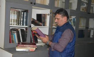 Muhtarın oluşturduğu kütüphanede mahalleli her gün kitap okuyor