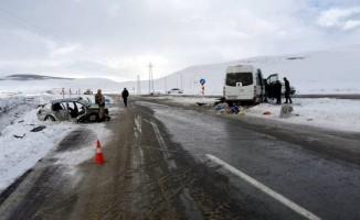 Otomobil ile midibüs çarpıştı: 8 yaralı