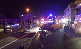 Silivri'de hafif ticari araç kamyona çarptı: 5 yaralı