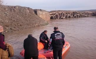 Yükselen suda mahsur kalan 2 işçi kurtarıldı