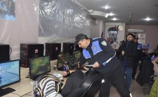 Adana'da okul önlerinde denetimler sürüyor
