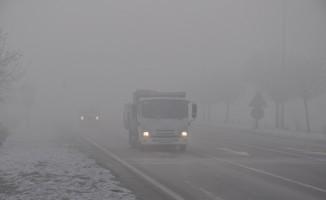 Afyonkarahisar'da yoğun sis araç trafiği olumsuz etkiledi