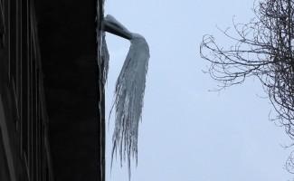 Ardahan'da buz sarkıtları tehlike saçıyor
