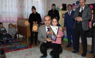 Arnavutköy'de karnesini getiren ilkokul öğrencilerine hikaye seti hediye