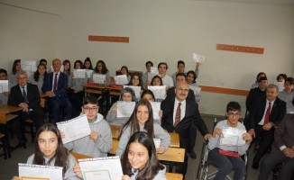 Aydın'da öğrencilerin karnelerini Vali Köşger verdi
