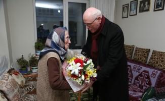 Başkan Kazım Kurt, Sadiye nineyi ziyaret etti