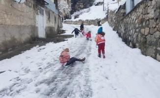 Çocukların bidon ve poşetle kayak keyfi