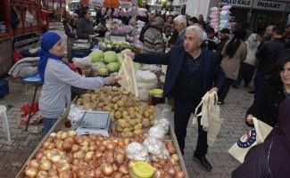 Demre'de vatandaşlara bez çanta dağıtımı yapıldı