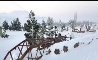 Develi'de şiddet rüzgar elektrik direklerini devirdi, ağaçları yıktı