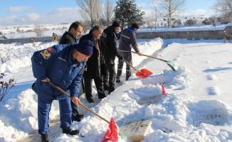 Dumlupınar Şehitliği'nde kar temizliği