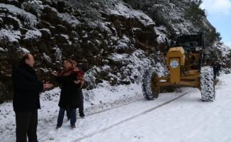 Efeler'de karla mücadele devam ediyor