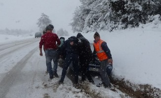 Emet-Tavşanlı Karayolu'nda yoğun kar yağışı, araçlar yollarda kaldı