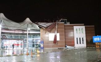Erzincan'da otobüs terminalinin çatısı uçtu