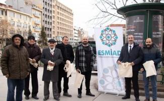 ESMİAD vatandaşlara bez torba dağıttı