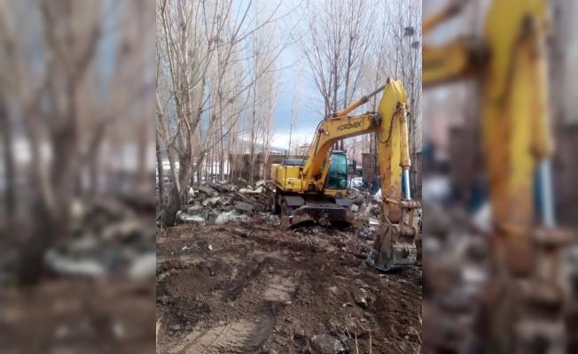 Güroymak'taki metruk binalar yıktırıldı