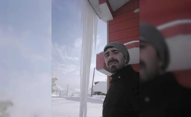 Hakkari'de 3 metrelik buz sarkıtları oluştu
