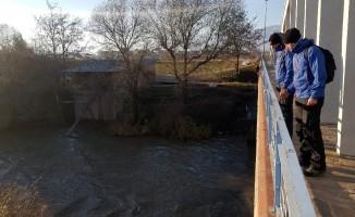 JAK timi Büyük Menderes Nehri'ne düşen şahsı arıyor