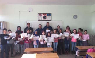 Jandarma ekipleri öğrencilerin karne sevincine ortak oldular