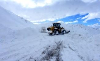 Kar, fırtına ve tipi bazı yolları ulaşıma kapattı