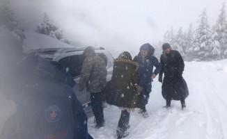 Karda mahsur kalan anne ile bebeğini jandarma kurtardı