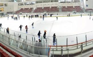 Karne alan öğrencilere buz üzerinde jest