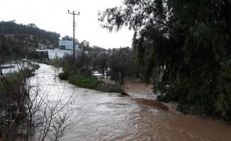 Kaş'ta sağanak yağmur: Seraları su bastı