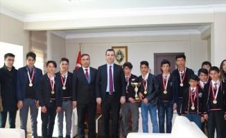 Kaymakam Vardar, il birincisi olan öğrencileri tebrik etti