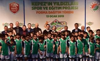 Kepez'in yetenekli sporcularına forma